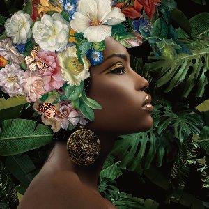 Schwarze Schönheit mit Blumen auf dem Kopf I