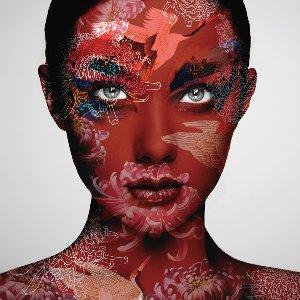Frau in Rot mit chinesischem Muster