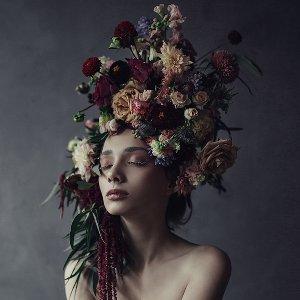 Beauté avec perruque de fleurs II
