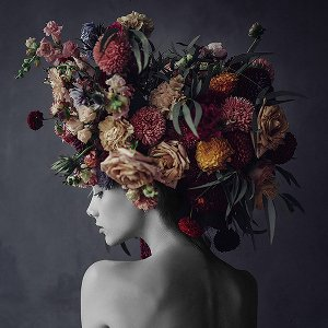 Beauté avec perruque de fleurs III