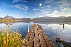 Romantische See mit Bergen