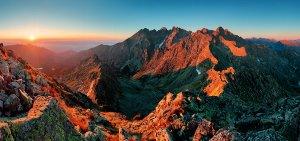 Berge im Sonnenaufgang