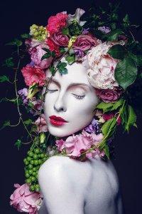 Hübsche Frau mit Blumen Perücke