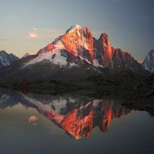 Panorama de montagne avec lac dans l`ambiance du soir